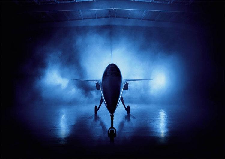Un avión que viaja a la velocidad del sonido