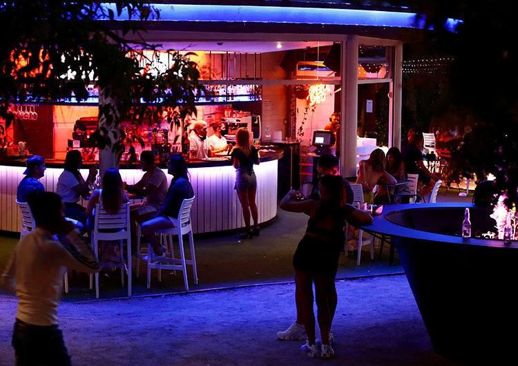España cierra bares y discotecas para controlar el rebrote