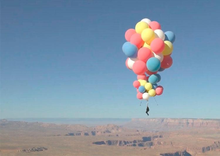 El ilusionista David Blaine flotó sobre el desierto de Arizona con globos