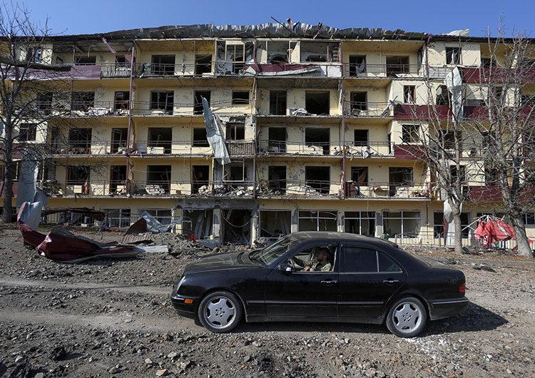 Azerbaiyán afirma que tomó control de la segunda ciudad más grande de Karabaj, Armenia lo niega