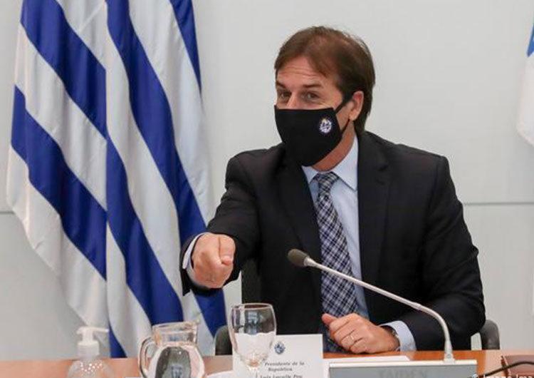 Uruguay limitó el derecho de reunión y cerró las fronteras