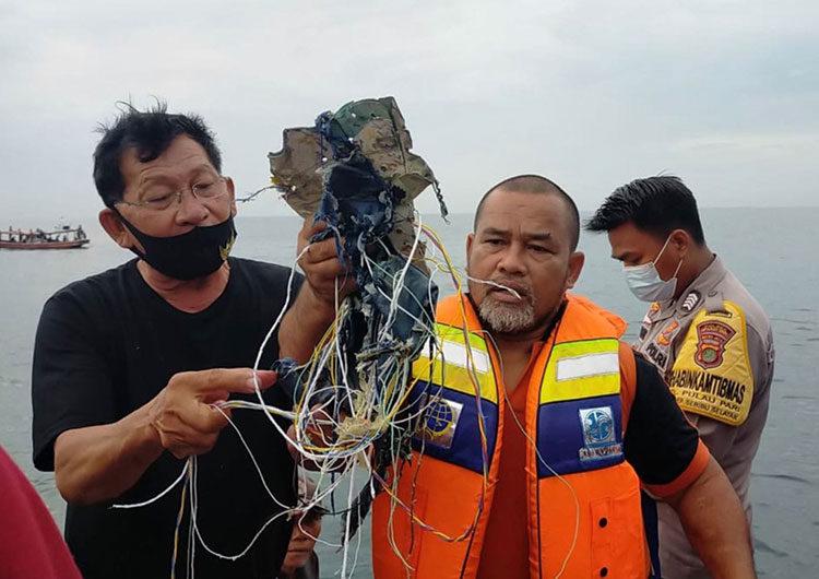 Indonesia: cayó un avión Boeing 737 al mar, no hay sobrevivientes