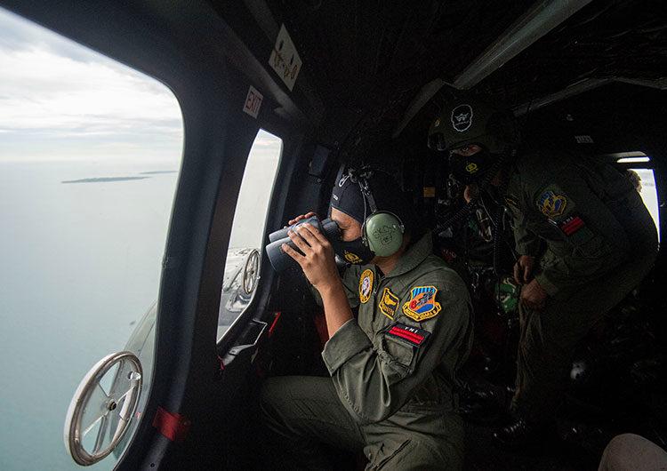 Indonesia: localizan las cajas negras del avión que se estrelló en el mar