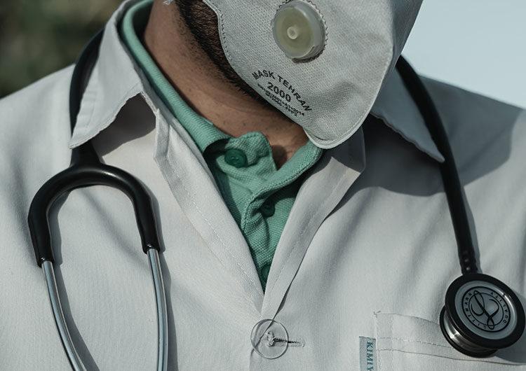 Imputan al médico que recetó dióxido de cloro por coronavirus al paciente fallecido