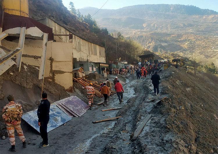 India: la avalancha del glaciar del Himalaya dejó 18 muertos y más de 200 desaparecidos