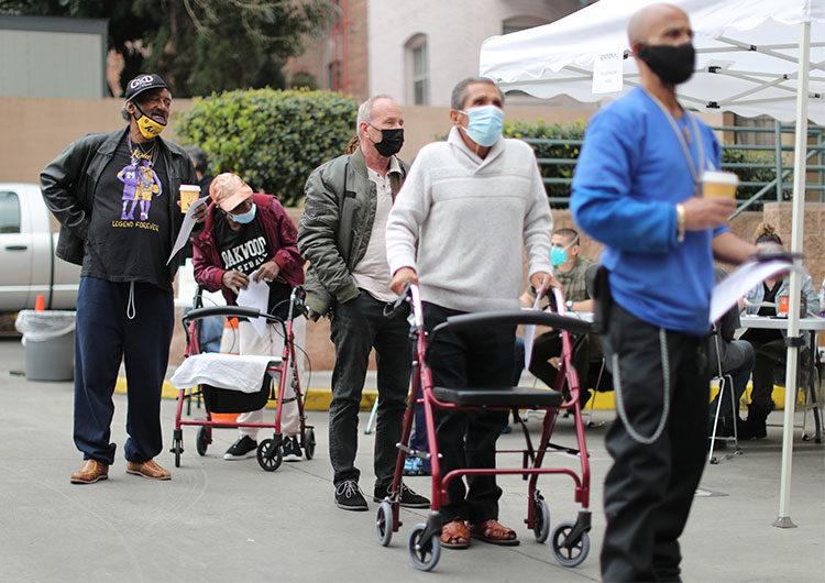 Las personas vacunadas no necesitan cuarentena tras exponerse al Covid, dicen los CDC