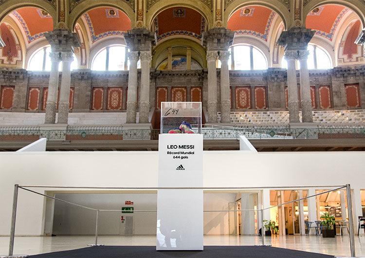 Messi y Adidas regalaron los botines del récord al Museu Nacional d'Art de Catalunya