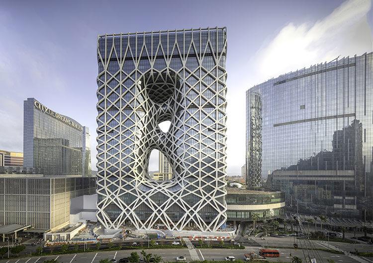 Ángulos y curvas de acero y cristal en el Morpheus Hotel de Macao, China