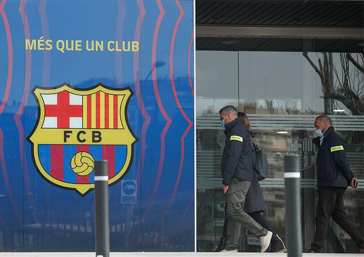 La policía catalana realiza arrestos tras registrar las oficinas del Barça