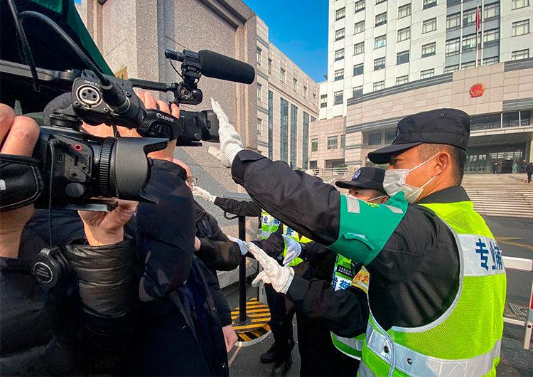 China acosa e intimida a periodistas con vigilancia diseñada para frenar el COVID-19