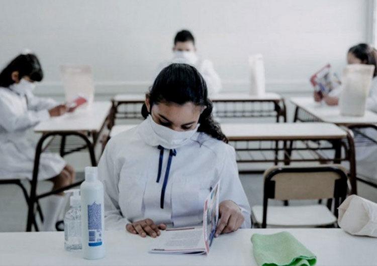 Gobierno bonaerense y gremios definen el jueves si restringen clases presenciales