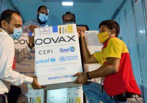 """""""COVAX iba a entregar vacunas sobre la base de la solidaridad y equidad, pero se basa en la voluntad de los países ricos de compartir sus dosis"""": The Lancet"""