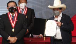 Castillo recibió su acreditación como presidente de Perú y renovó…