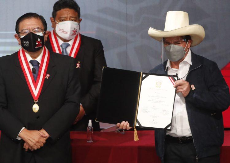 Castillo recibió su acreditación como presidente de Perú y renovó su llamado a la unidad