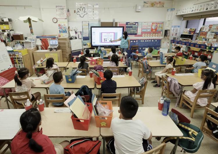 Estudio detalla cómo un maestro sin vacunar provocó un brote de covid-19 en toda una escuela