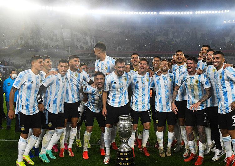 La selección argentina dio la vuelta olímpica postergada por la pandemia ante su gente